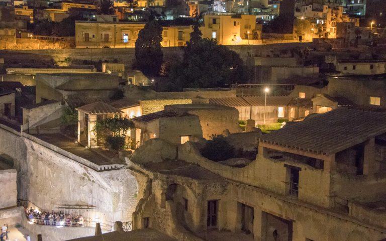 scavi di Ercolano di sera